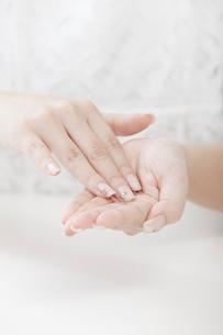 化粧水を手に取る女性の手元の写真素材 [FYI02070567]