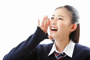 口に手を当て叫ぶ女子高校生の写真素材 [FYI02070571]
