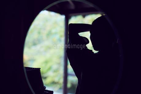 鏡に映るミドル女性の写真素材 [FYI02070573]