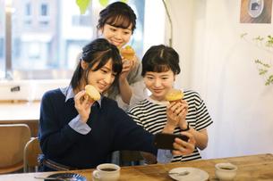 カフェで談笑する女性3人の写真素材 [FYI02070632]