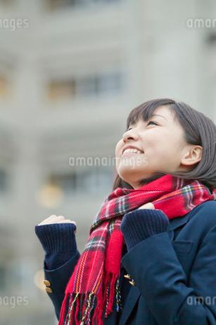 ガッツポーズする女子高校生の写真素材 [FYI02070633]