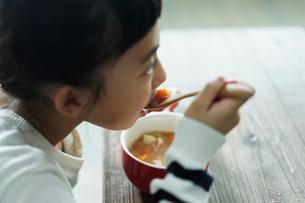 スープを飲む女の子の写真素材 [FYI02070636]