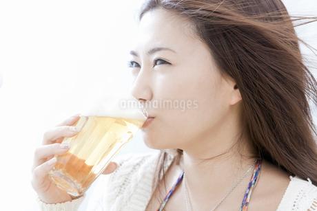 ビールを飲む若い女性の写真素材 [FYI02070640]