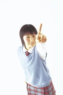 指をさす制服の女子学生の写真素材 [FYI02070646]