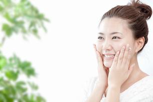 顔をマッサージする若い女性の写真素材 [FYI02070648]