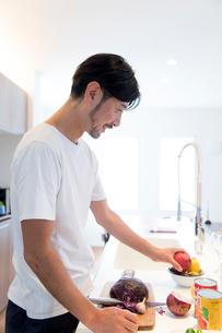 料理をする男性の写真素材 [FYI02070649]