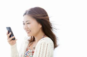 スマートフォンを持った若い女性の写真素材 [FYI02070654]