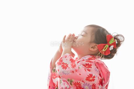 七五三の着物を着てお祈りをする女の子の写真素材 [FYI02070657]