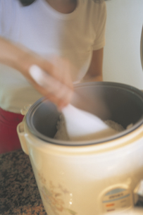 炊飯器のご飯を混ぜるの写真素材 [FYI02070663]