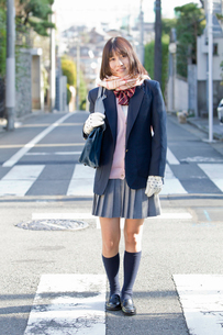 住宅街を歩く女子高校生の写真素材 [FYI02070702]