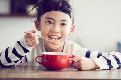 食事をする女の子の写真素材 [FYI02070708]