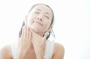 首をマッサージする若い女性の写真素材 [FYI02070753]