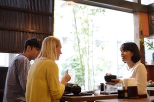 和食を食べる外国人3人の写真素材 [FYI02070763]