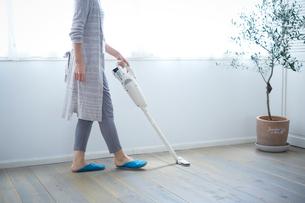 掃除をする女性の写真素材 [FYI02070770]