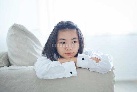 ソファでくつろぐ10代の女の子の写真素材 [FYI02070777]