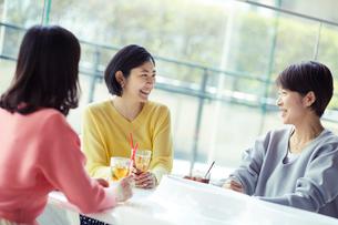 カフェで談笑する女性3人の写真素材 [FYI02070779]