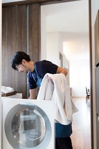 洗濯する男性の写真素材 [FYI02070781]