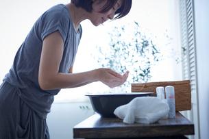 洗顔する女性の写真素材 [FYI02070785]
