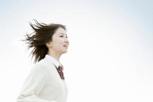 髪をなびかせて走る女子高校生の写真素材 [FYI02070817]
