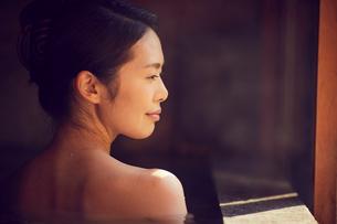 温泉に入浴するミドル女性の写真素材 [FYI02070867]