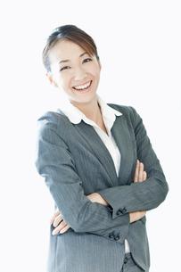 笑顔で腕を組むスーツ姿の女性の写真素材 [FYI02070879]