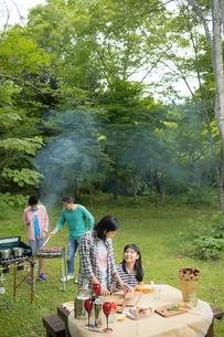 バーベキューを楽しむ家族の写真素材 [FYI02070886]