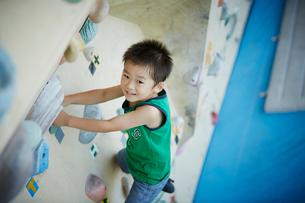 ボルダリングをする男の子の写真素材 [FYI02070908]