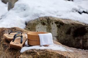 雪と下駄と風呂桶の写真素材 [FYI02070967]