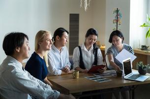 ミーティングをする外国人と日本人の写真素材 [FYI02070969]