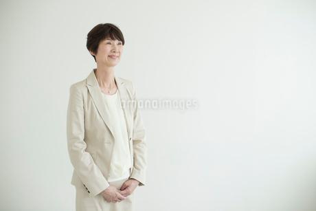 壁を背に立つミドル女性の写真素材 [FYI02070976]