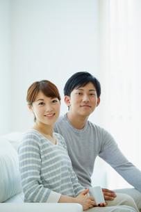 ソファに座る若いカップルの写真素材 [FYI02070992]