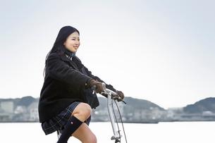 自転車に乗った女子高校生の写真素材 [FYI02071000]