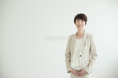 壁を背に立つミドル女性の写真素材 [FYI02071038]