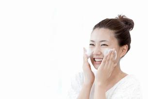 洗顔料で顔を洗う女性の写真素材 [FYI02071046]