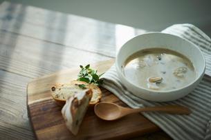 パンとマッシュルームのポタージュの写真素材 [FYI02071049]