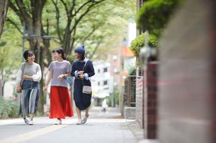 街を歩く女性3人の写真素材 [FYI02071054]