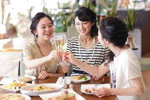 女子会をする女性3人の写真素材 [FYI02071056]