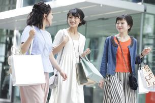 ショッピングを楽しむ女性3人の写真素材 [FYI02071061]