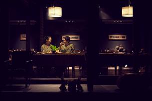 食事をする浴衣姿のミドル夫婦の写真素材 [FYI02071075]