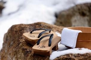 雪と下駄と風呂桶の写真素材 [FYI02071078]