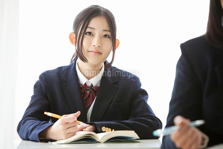 授業を受ける女子高校生の写真素材 [FYI02071085]