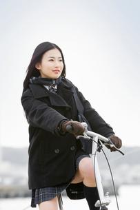 自転車に乗った女子高校生の写真素材 [FYI02071087]