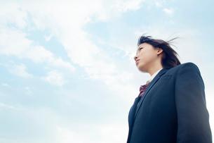 遠くを見つめる女子高校生の写真素材 [FYI02071090]