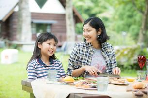 バーベキューを楽しむ家族の写真素材 [FYI02071156]