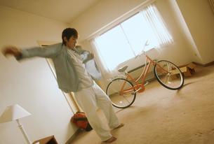 男性と自転車のある部屋の写真素材 [FYI02071159]