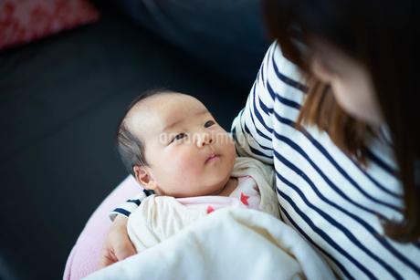 抱かれる赤ちゃんの写真素材 [FYI02071164]