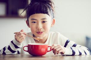 食事をする女の子の写真素材 [FYI02071170]