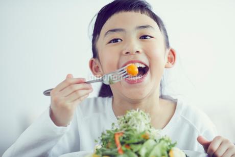 サラダを食べる女の子の写真素材 [FYI02071172]