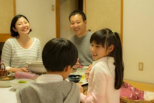 こたつで食事をする家族の写真素材 [FYI02071192]