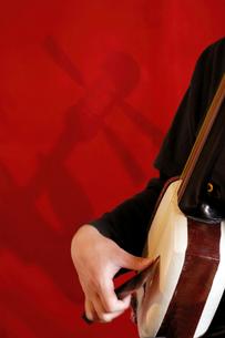 津軽三味線奏者の手元の写真素材 [FYI02071203]